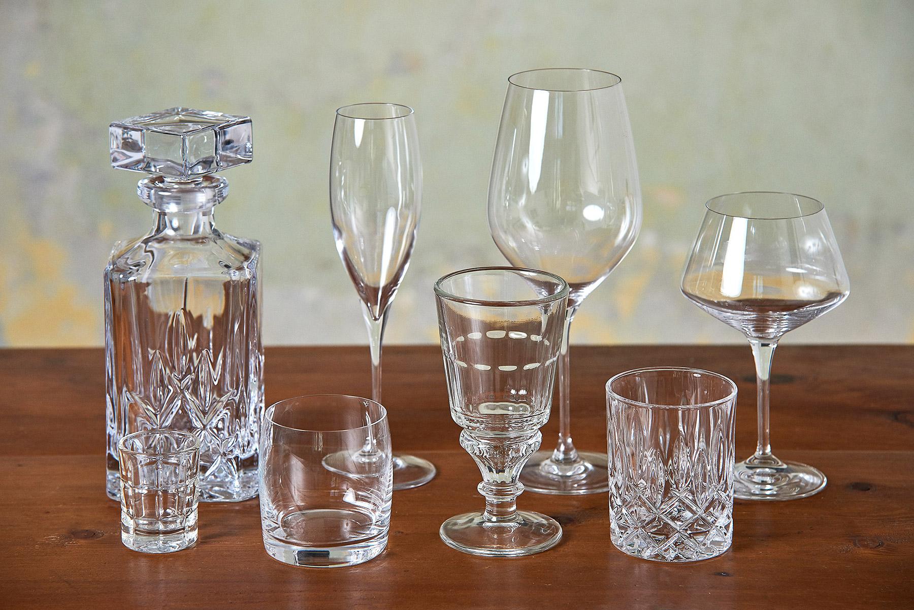 Různé druhy skleniček na alkohol a karafa