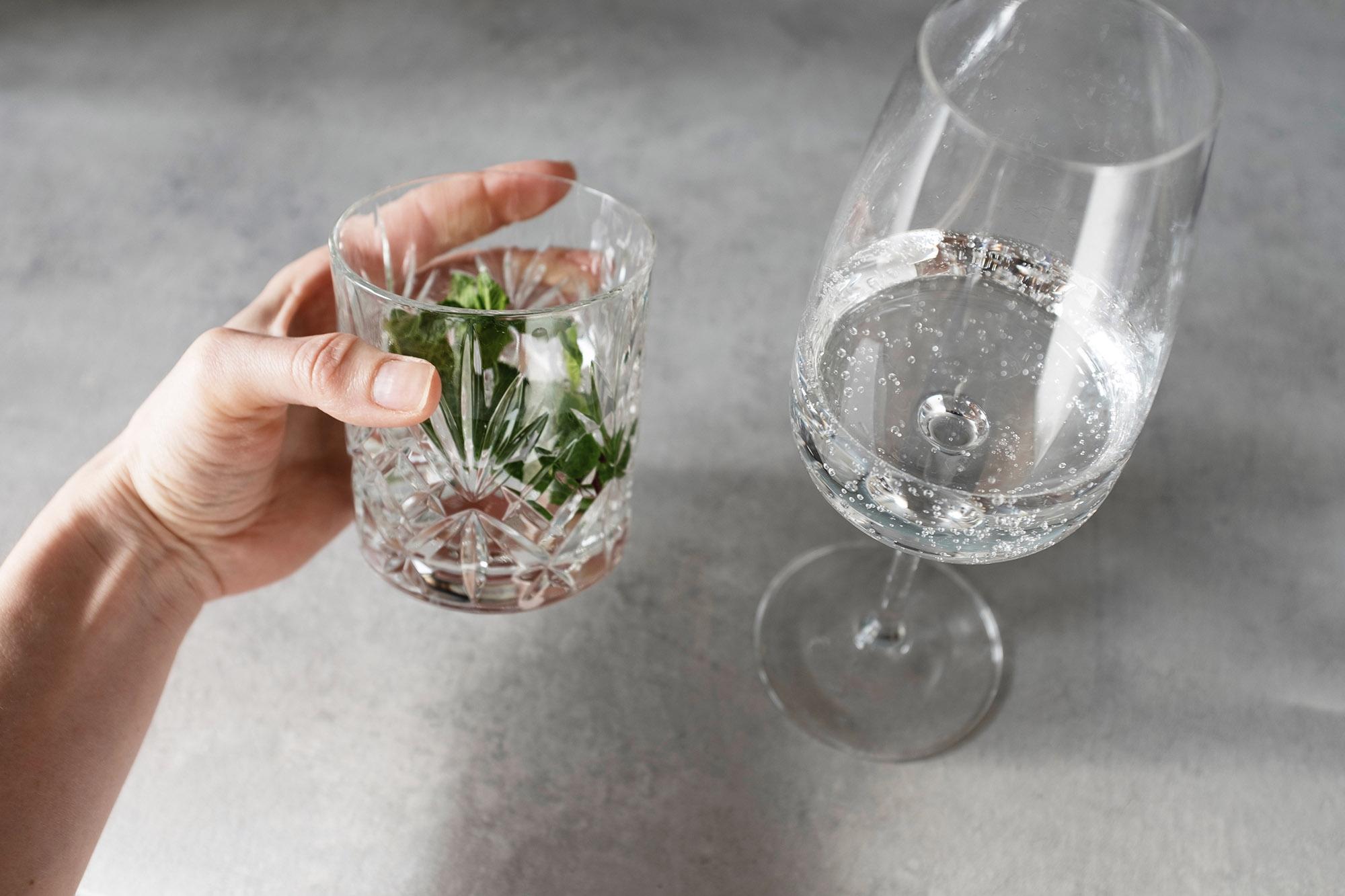 Sklenice z broušeného skla a sklenička na sekt
