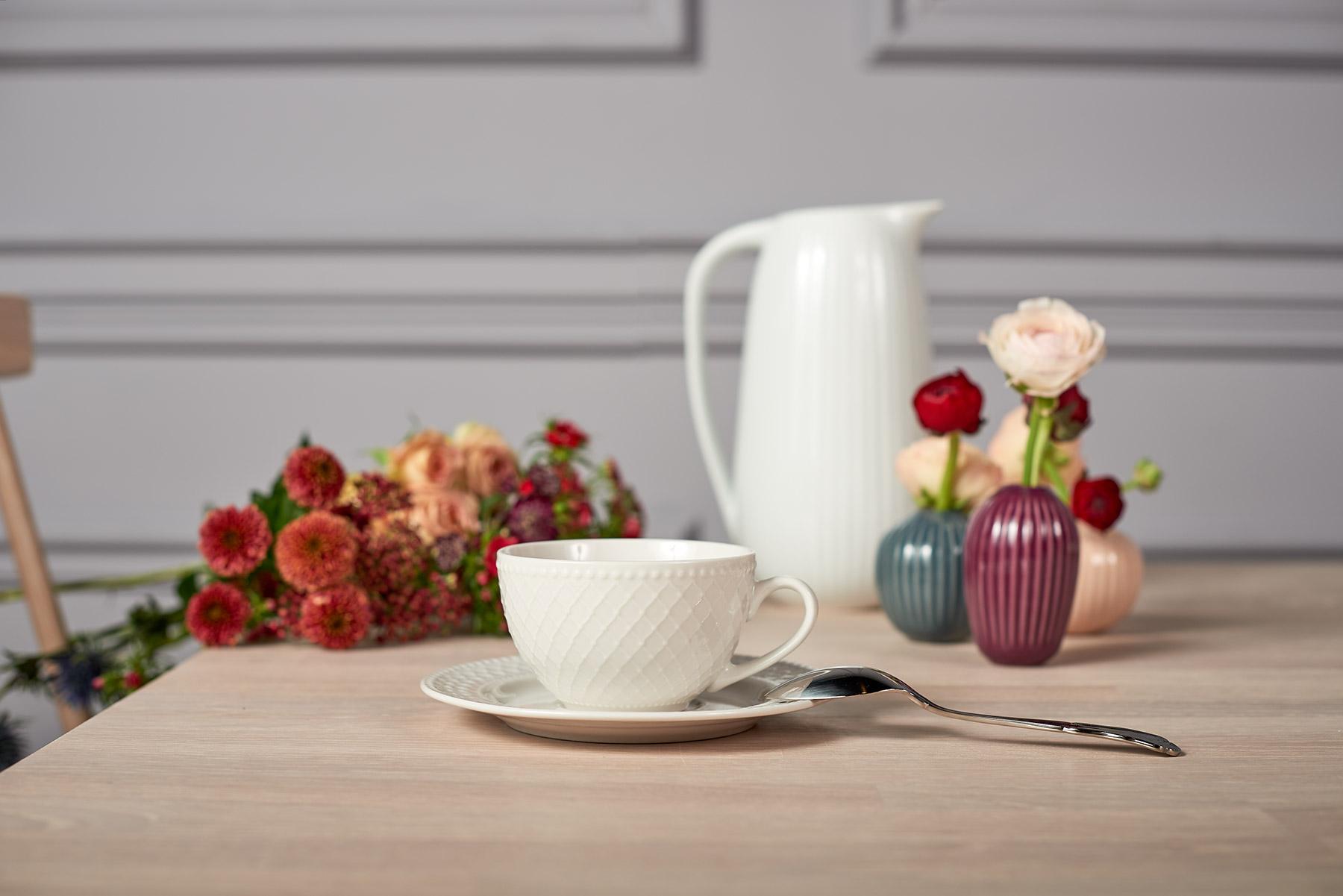 Květinová dekorace a porcelánový hrneček